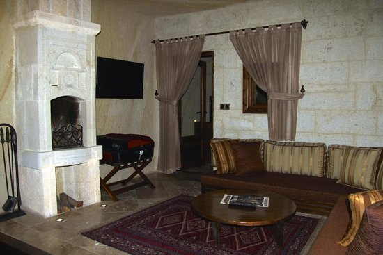 Kayakapi Premium Caves - Cappadocia: Fireplace in living room