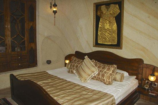 Kayakapi Premium Caves - Cappadocia: Turkish decor in bedroom