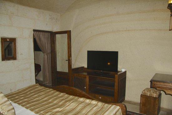 Kayakapi Premium Caves - Cappadocia: 2nd TV in bedroom