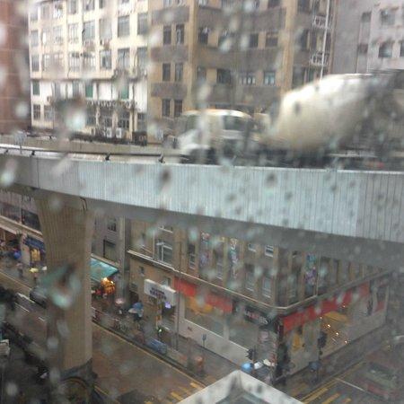 Hotel Jen Hong Kong : Highway outside the window