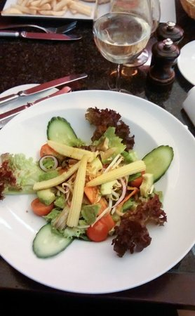 Brussels Marriott Hotel Grand Place: Salad for supper in the Grill bar