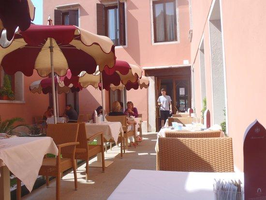 Ai Mori d'Oriente Hotel: outdoor breakfast at the Hotel