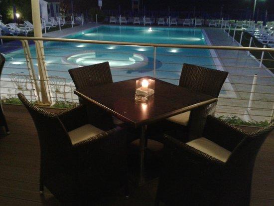 Hotel Le Soleil: Lume di candela al bar