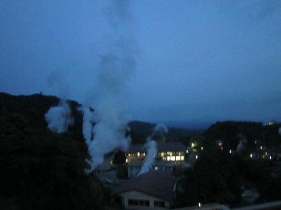 Kirishima Kokusai Hotel: 部屋からの眺望 硫黄泉の煙が見えます