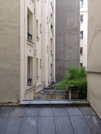Hotel Paris Legendre : Вид из окна номера во внутренний дворик