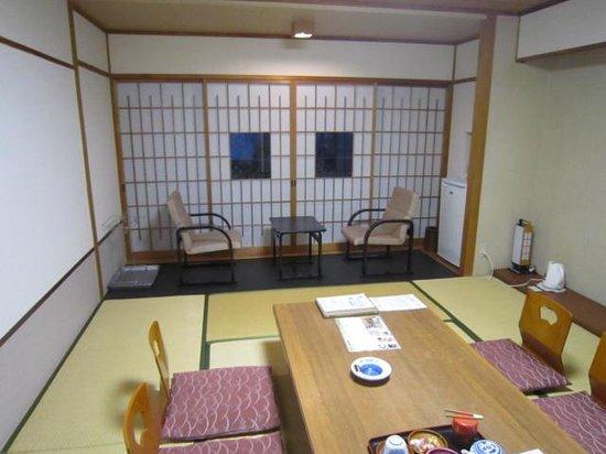 Kirishima Kokusai Hotel: 障子の謎の隙間…向こうから丸見えです
