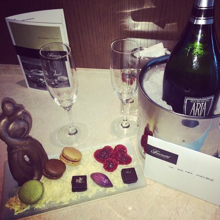 Fairmont Pittsburgh: Hotel gave us surprise gift for our anniversary!!! :D
