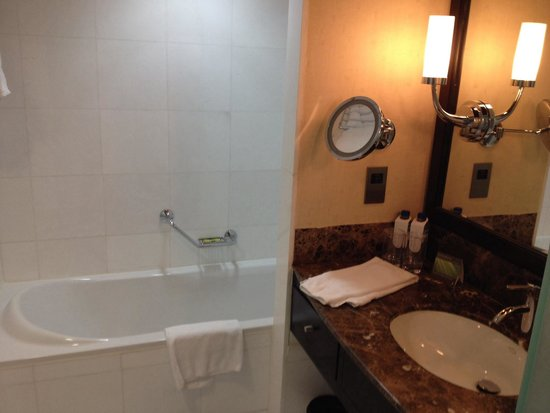 InterContinental Abu Dhabi : Separate shower and tub 1230