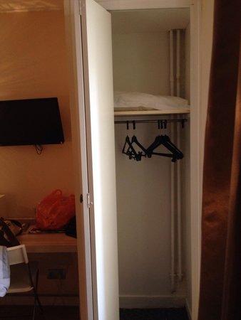 Hotel Paris Legendre : Шкафчик