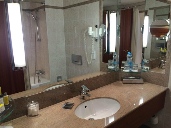 Prague Marriott Hotel : Full bathroom