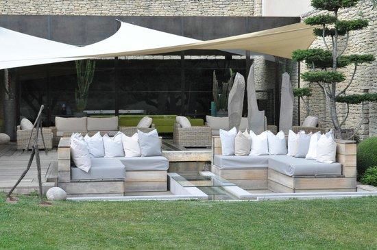 Domaine des Andeols : salon d'extérieur face au restaurant gastronomique
