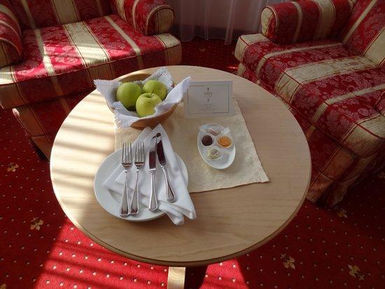 Hotel Gardena Grodnerhof : Chocolats et pommes dans la chambre