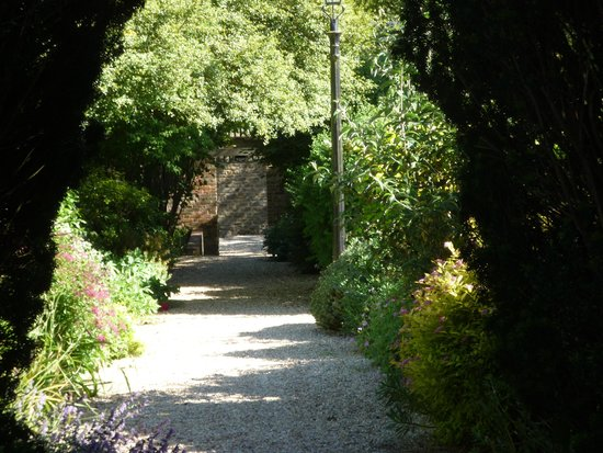 The Eastbury Hotel: Through the gardens to the car park