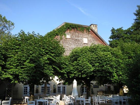 Schlosswirt zu Anif: Haus vom Garten aus gesehen