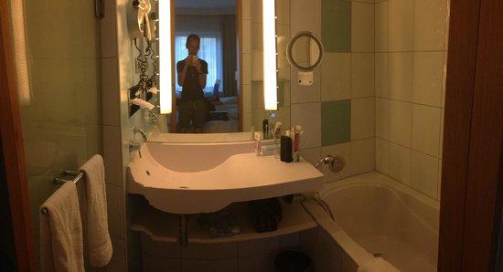 Novotel Berlin Am Tiergarten : man in the mirror