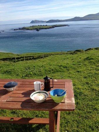 Great Blasket Island Accommodation: Breakfast al fresco!