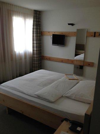 Hauser Hotel St. Moritz: Zimmer mit Flachbildschirm