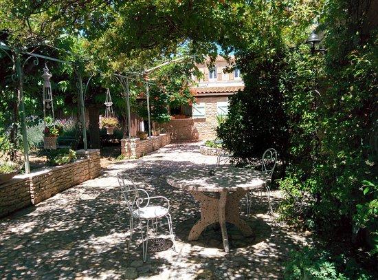 Villa Thebaide : Sous la tonnelle, idéale pour pique niquer à l'ombre...