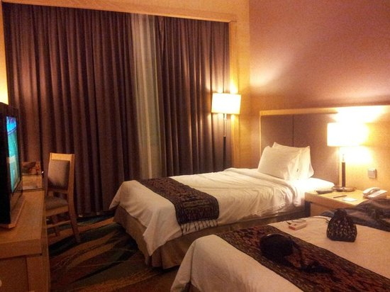 Imperial Palace Hotel: Small room but with big comfy twin beds and pillows!