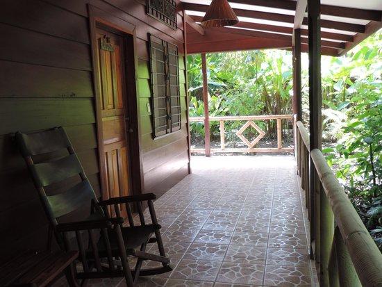 Pachira Lodge: Porche, rodeados de selva