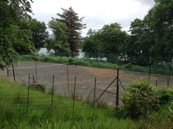 Eilean Shona House and Cottages: tennis court needs a bit of attention!