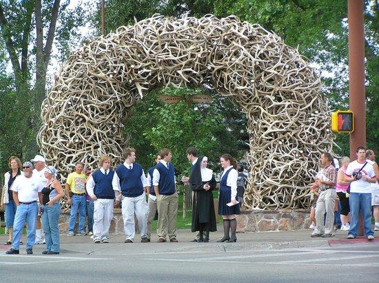 Town Square: arco fatto di palchi di cervo