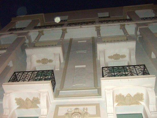 Carlton Hotel Tunis : Façade, de nuit.