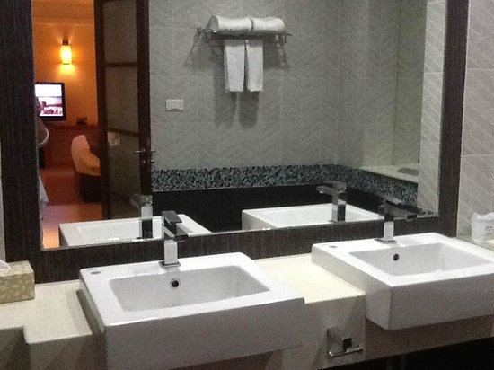 KC Resort & Over Water Villas: Basins in the Bathroom