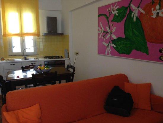 Residence degli Agrumi: Wohnzimmer mit Küche