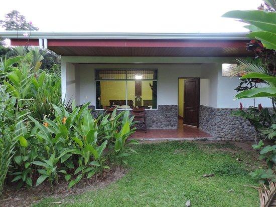 Volcano Lodge & Springs: Porche trasero
