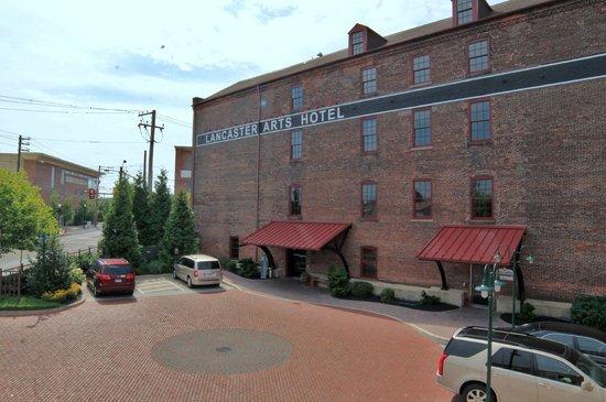 Lancaster Arts Hotel : Front parking