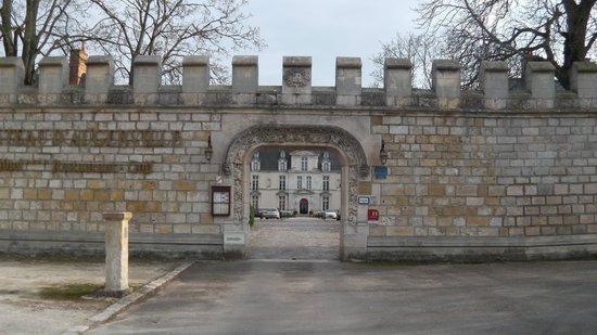 Chateau d'Augerville: L entrée par les remparts