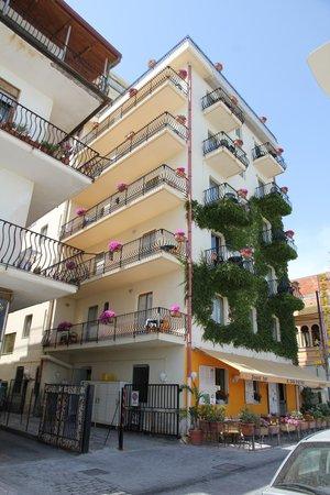 Hotel San Pietro: ...straat oversteken en het strand op...