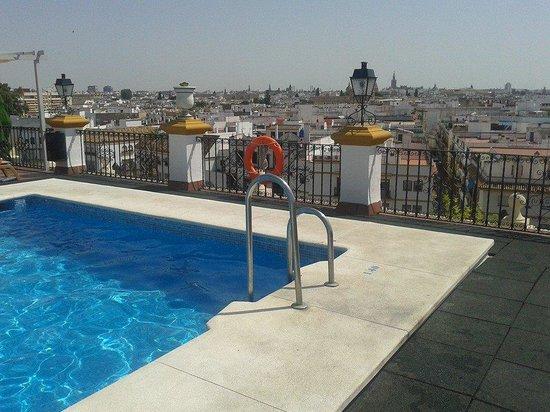 Hotel Sevilla Macarena: Piscina