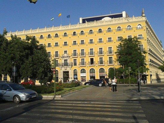 Tryp Sevilla Macarena Hotel: Esterno dell'hotel