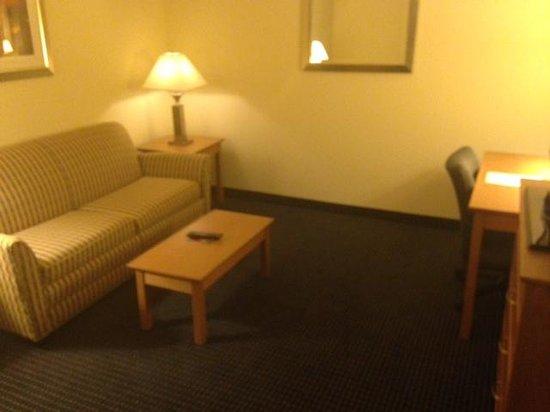 Wingate by Wyndham Spokane Airport: living room