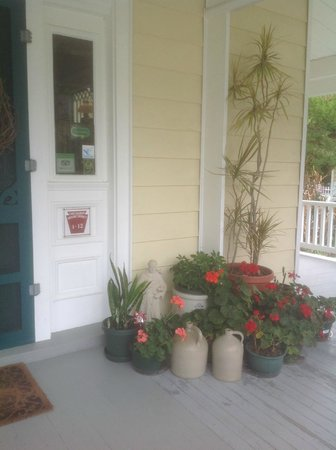 Cape Charles House Bed and Breakfast: Front Porch