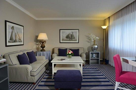 Best Western Premier Parkhotel Kronsberg: Suite Wohnzimmer
