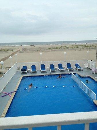 Acacia Beachfront Resort : Heated pool overlooking the ocean!