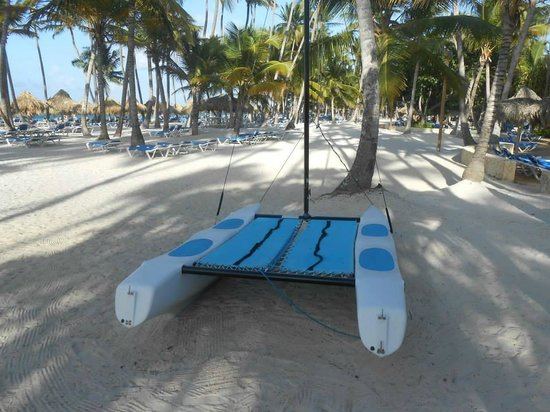 Meliá Caribe Tropical : Catamaran sur la plage