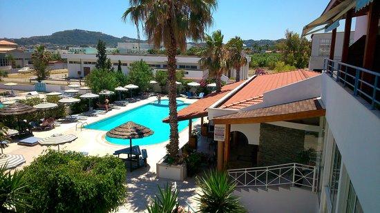 Faliraki Bay Hotel: вид на бассейн и кафе
