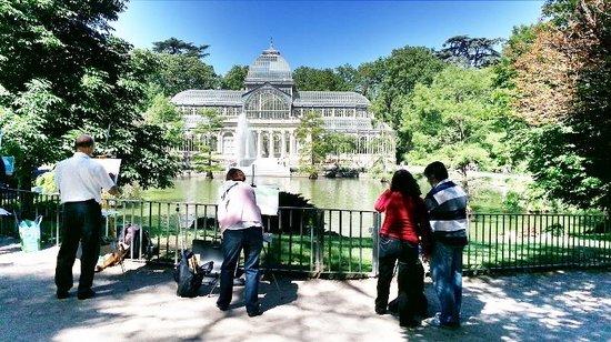 Parque del Retiro: painters at palacio de cristal june 2014