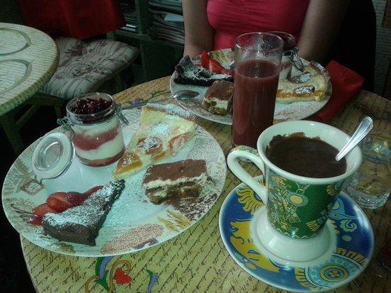Tinta Cafe: Assortiement de pâtisseries du Tinta Café