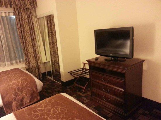 Comfort Suites: Flat Screen TV & Dresser
