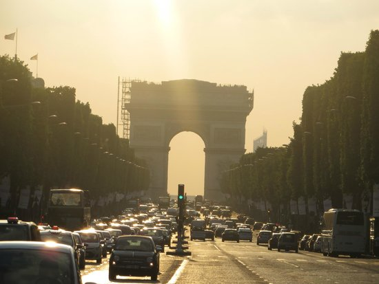 Champs-Élysées : From a stoplight in the middle looking toward the Arc de Triomphe