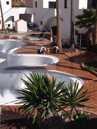 Puerto Caleta : Pool area left of bar