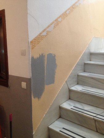 Duquesa Plaza : Escaleras estrechas y con detalles de falta de cuidados