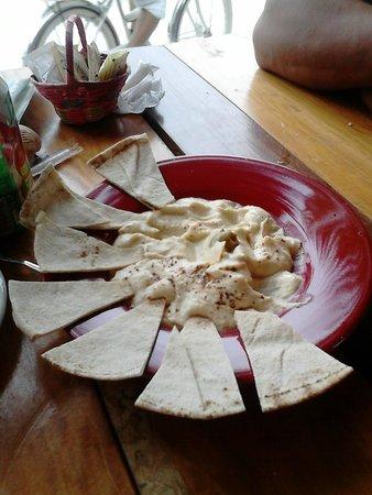 El Cafecito: hummus , muy bueno