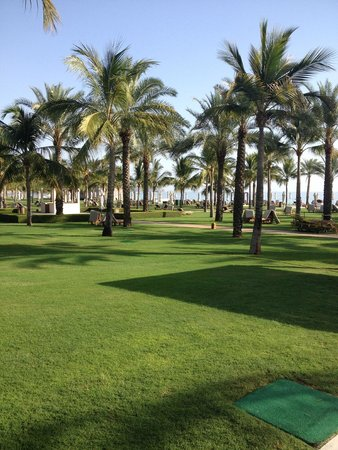 Al Bustan Palace, A Ritz-Carlton Hotel: Large lawns