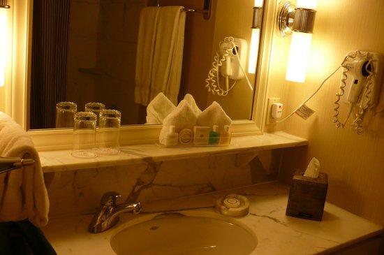 Warwick Seattle: Vanity in bathroom of Room 1515
